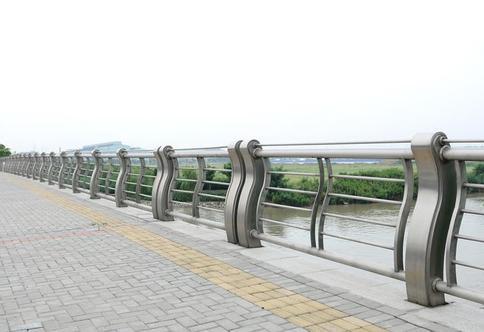 关于以下成都桥梁护栏的施工方法介绍,你都做对了吗