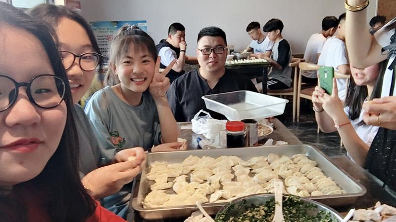 凤鸣艺考文化课课余包饺子活动