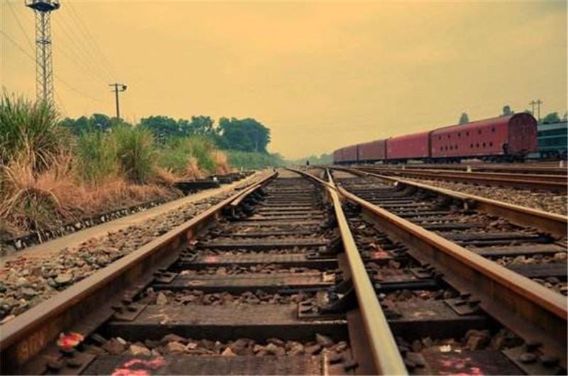 河南普彬告诉你为什么时速250的铁路还是会使用有砟轨道呢?