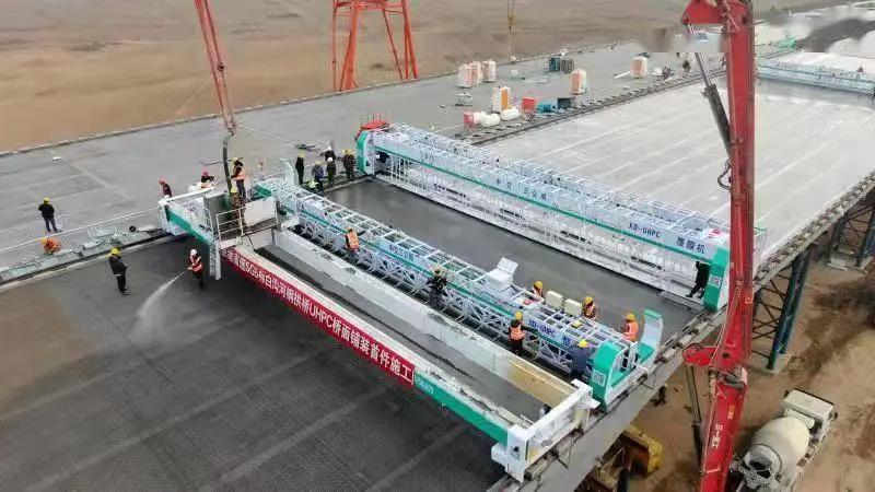 亚洲.大!京雄高速白沟河特大桥超高性能混凝土铺装过半