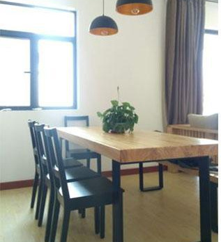 西安餐饮家具深蓝色的布艺沙发与餐厅背景相搭配!