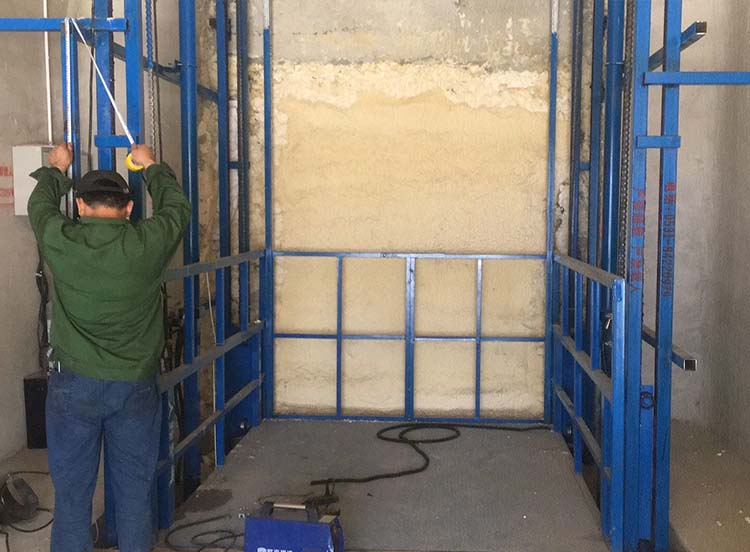 导轨式升降货梯安装现场
