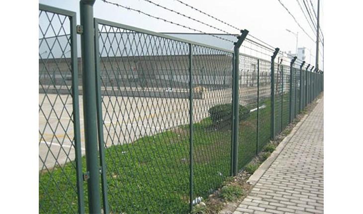 一种新型的护栏网——双边丝护栏网
