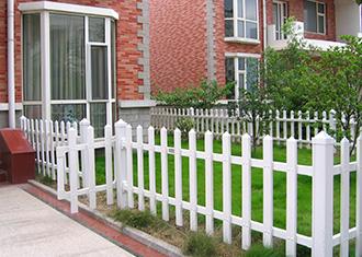 泽鑫带你了解PVC草坪护栏的特点