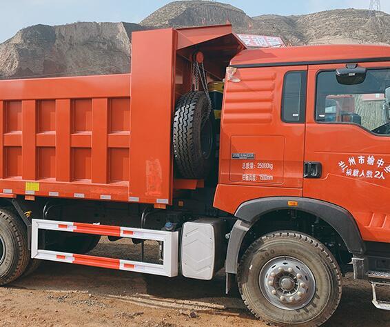 卡车司机或多或少地掌握一些卡车维修与保养的技巧