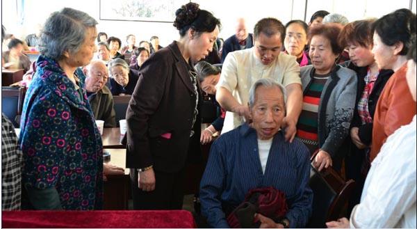唐宾主任在老年协会做脊柱与健康公益讲座病亲自为老年人..