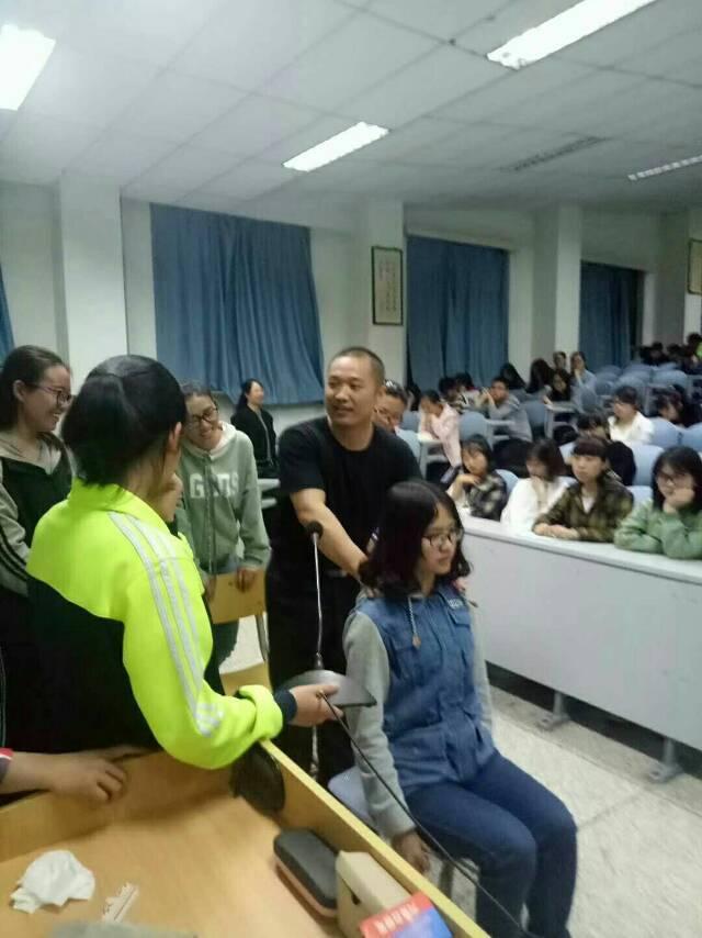 唐宾主任给甘肃中医药大学学生做示范
