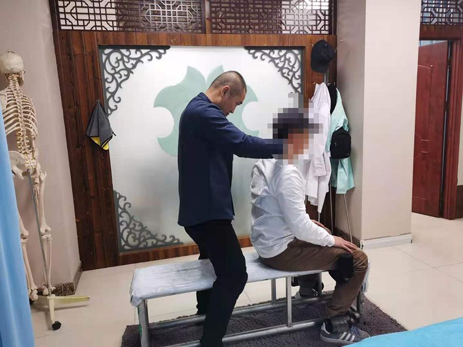 杨先生,32岁,脊柱侧弯
