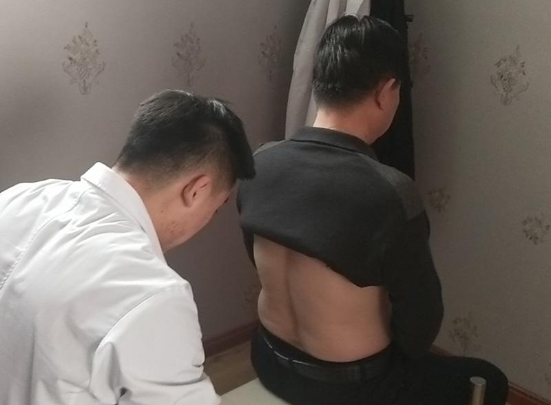 贾先生 性别:男 年龄:64 症状:腰椎L1  L2  L3椎体向左错位 症状表现:腰部周围肌肉较酸痛