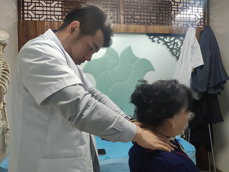 马女生  颈椎生理曲度变直,椎间盘膨出,继发颈5-6椎管狭窄