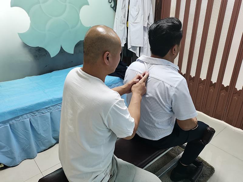 王先生,56岁,脊椎颈椎不适三年