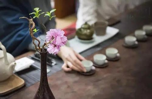 你知道为何茶艺师多是女子?