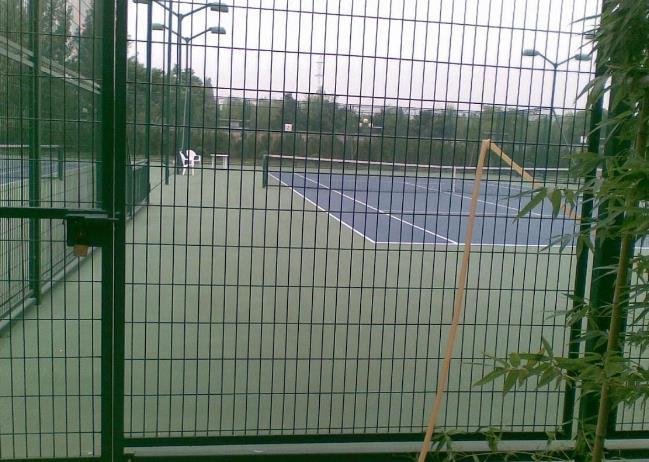 来看看新疆护栏网厂家设计的体育场围网系统吧!