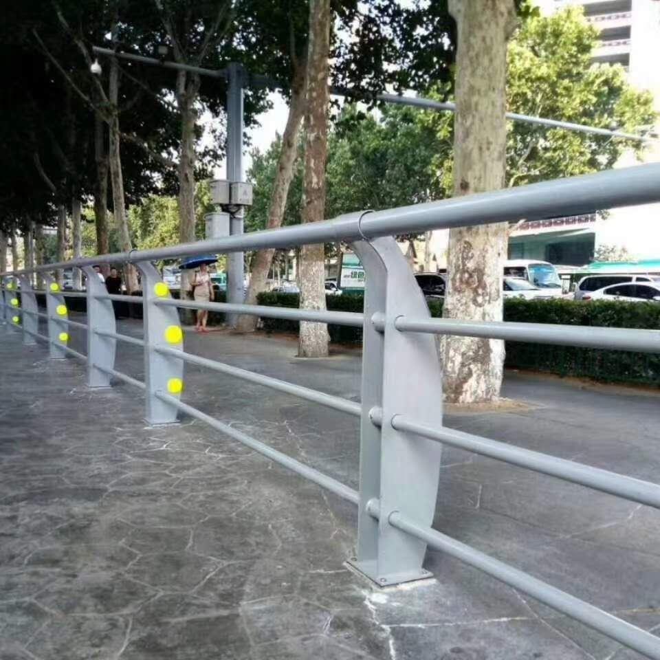 公交站护栏