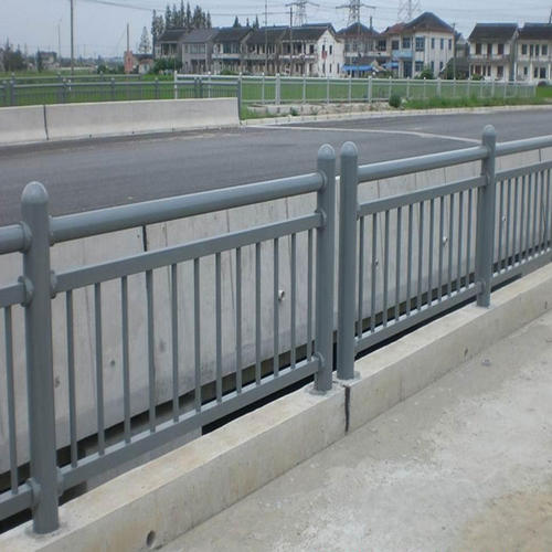 大家知道四川桥梁护栏放置工作