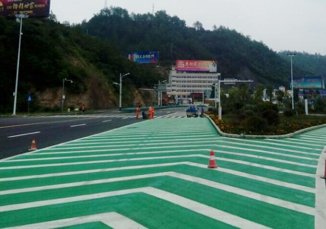 西高速路口导流带交通安全设施