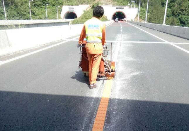 十白高速隧道中线道路标线施工