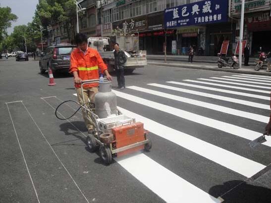 解放路人行道道路标线施工