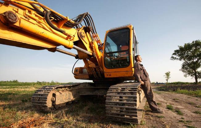 挖掘机陷入淤泥中可是非常危险的哦!!!