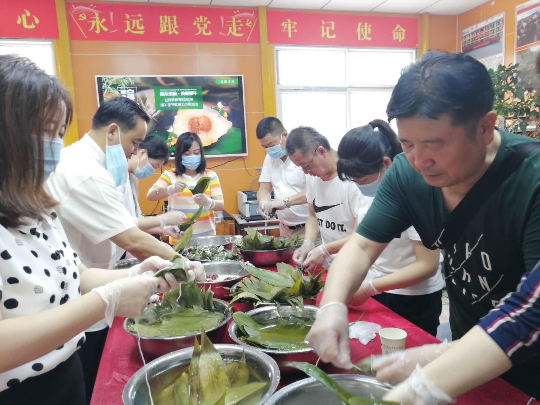"""""""端午传情,情深意粽""""——兰商教育举办庆端午包粽子活动"""
