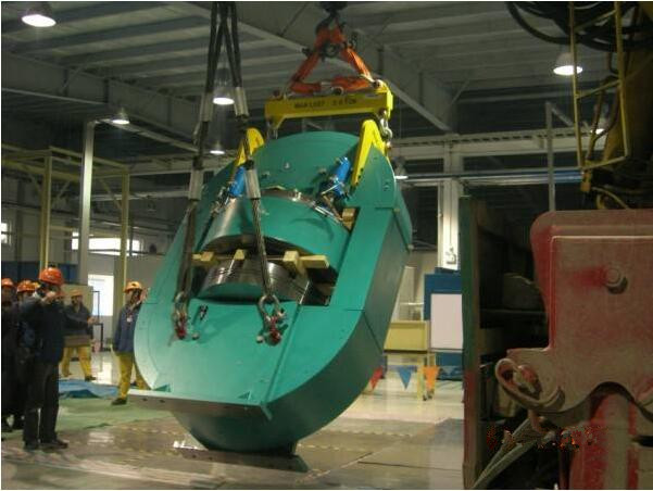 大型油压机车间内吊装落坑