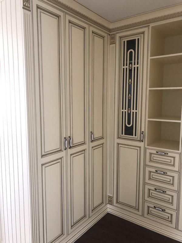 实木衣柜与板式衣柜哪种好?西安衣柜定制厂带大家一探究竟