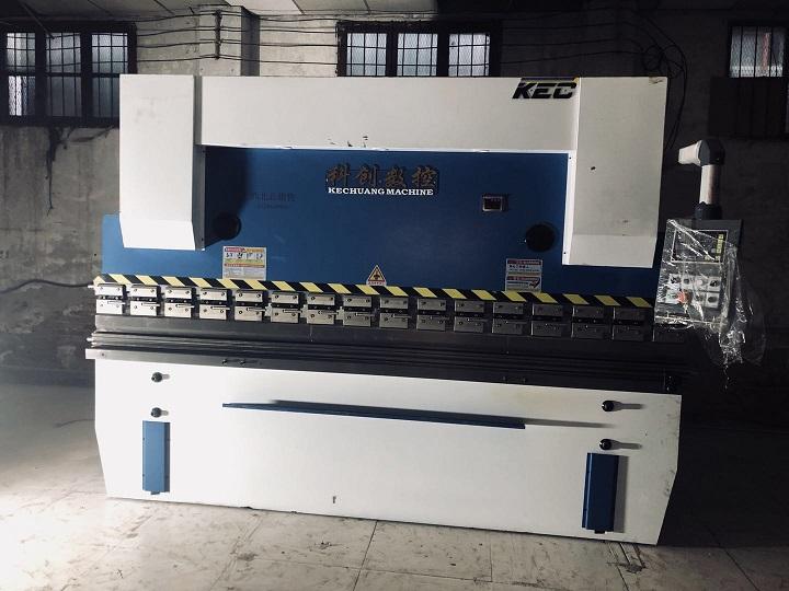 榆林常总采购的陕西折弯机系列125/4000数控系统折弯机安装到位