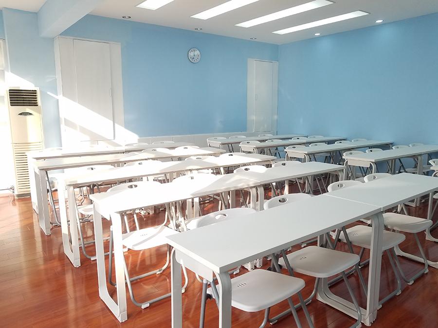 宽敞明亮的日语培训教室