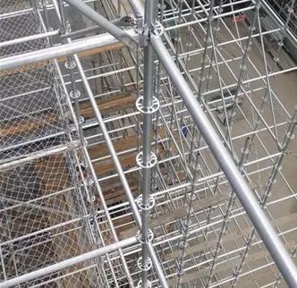 为何说:脚手架在安装时竖向间距不宜超过四步设置?