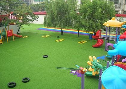 在幼儿园铺设成都人造草坪有哪些要求?
