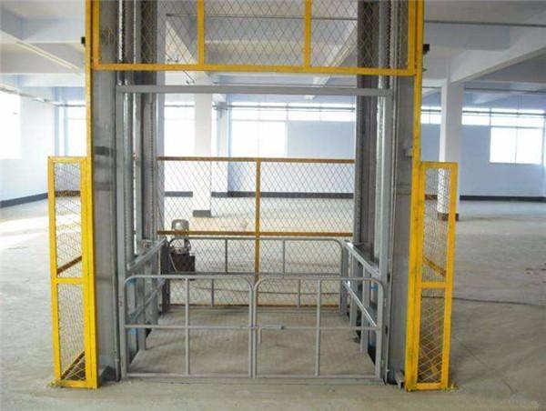 液压升降货梯厂家分享设备的选购要点