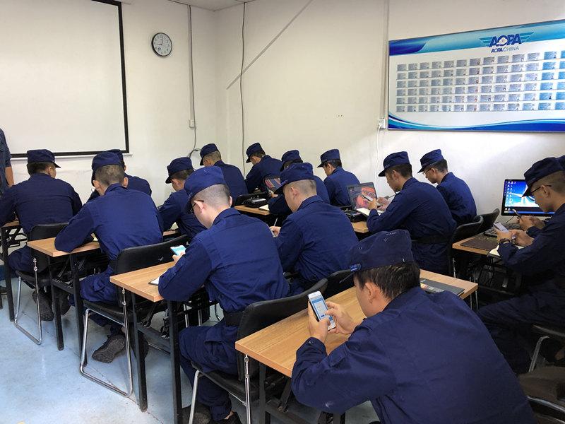 无人机培训学员学习照片