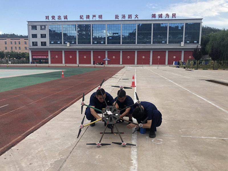 无人机飞行培训学员照片