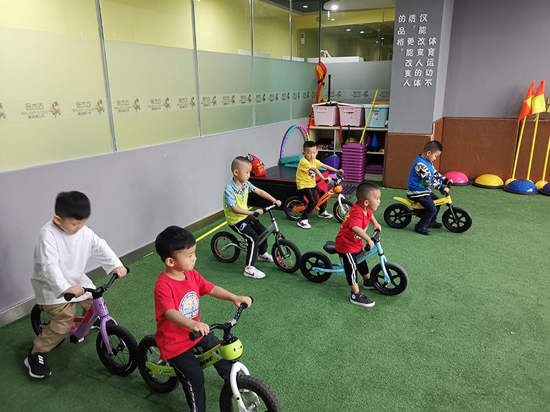 迈杰号体适能儿童平衡车训练