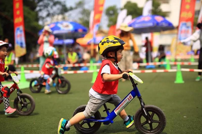 少儿平衡车体能课
