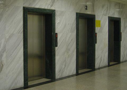 万一不慎被困电梯怎么办?