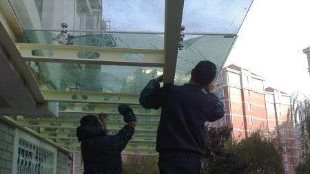 建筑隔热膜到底是贴在玻璃里面还是外面?