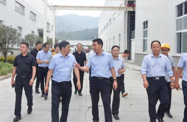 紫阳县代县长向德刚到陕西睿智环保建材有限公司视察调研