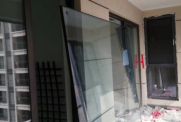 成都高層吊裝玻璃施工成功案例