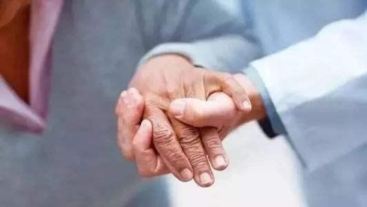 如何取得认知症老人的信任