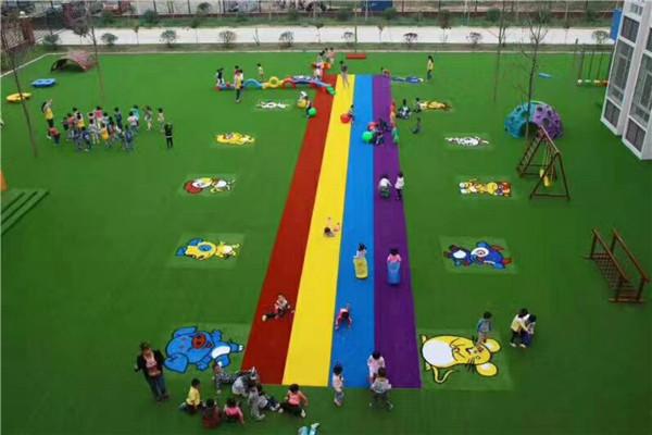 幼儿园人造草坪的优点,这些你都知道吗?
