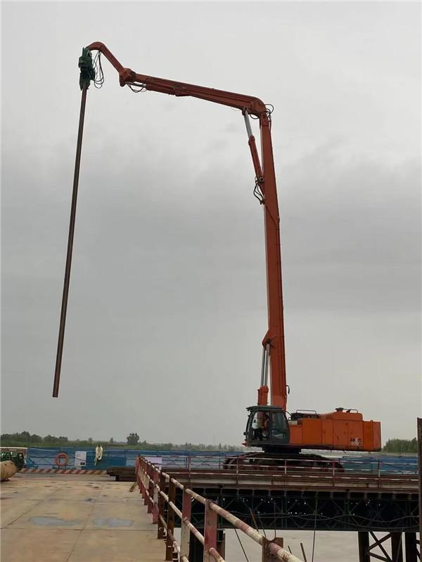 打桩机在咸阳湖二期工程施工现场