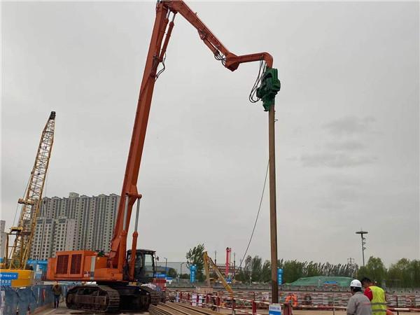 打桩机在咸阳湖二期工程现场