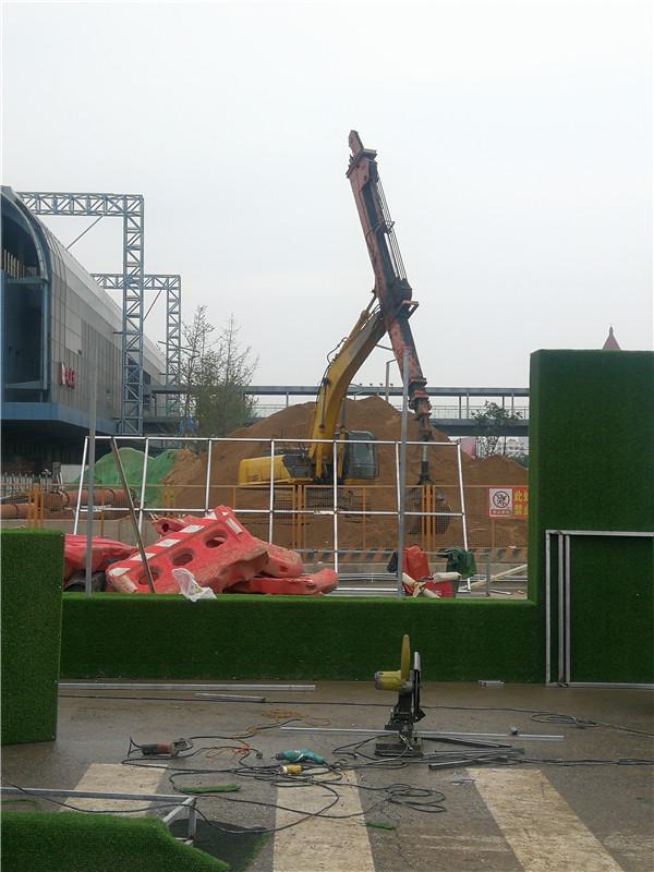伸缩臂、打桩机在市政项目施工现场