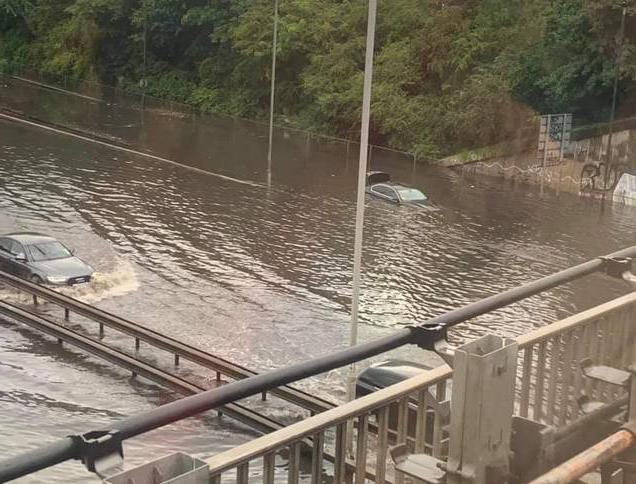 伦敦暴雨来袭引发严重内涝:地铁淹没 交通中断