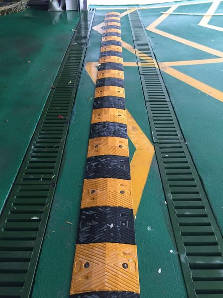地下停车场入口减速带施工案例