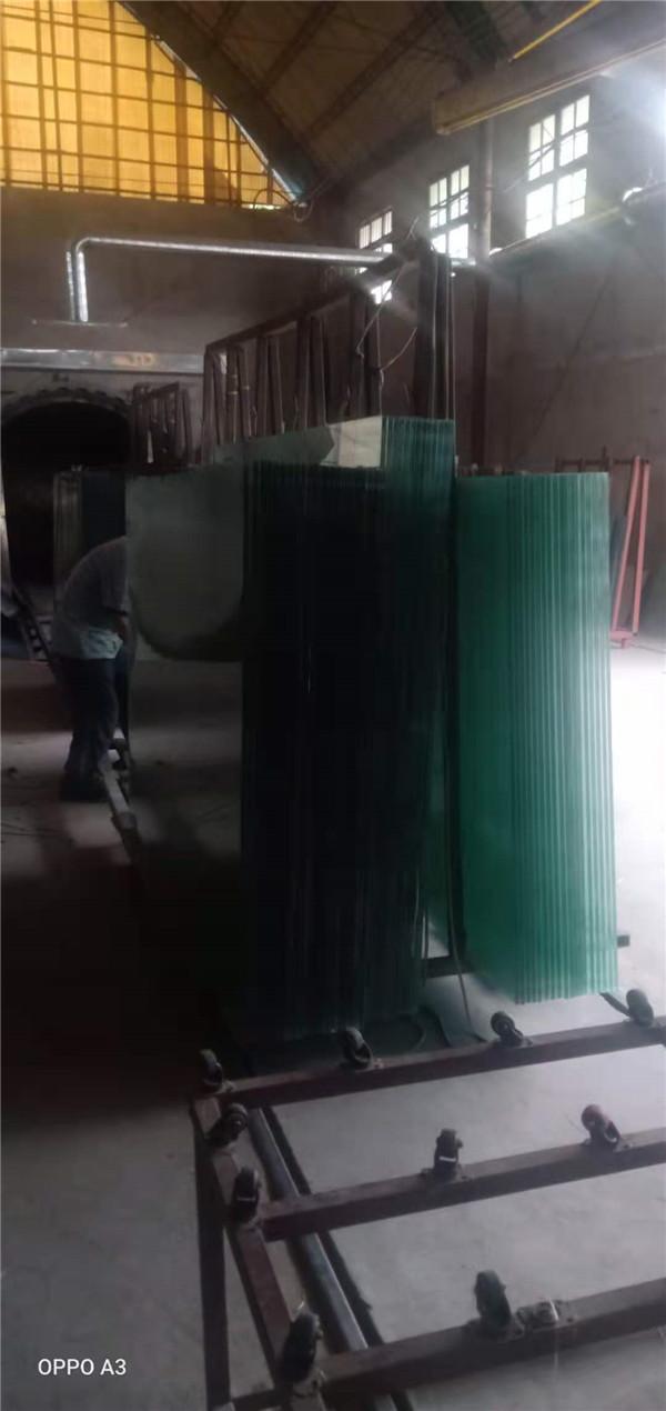 今天西安正阳节能玻璃厂家的小编给大家介绍夹胶玻璃用的是什么胶