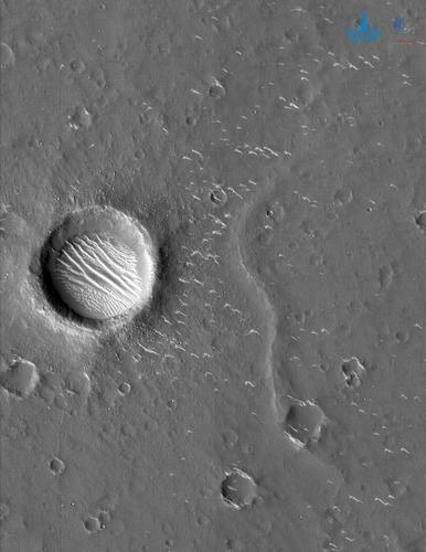 天问一号拍摄到高清火星影像图:环形坑沙丘超清晰