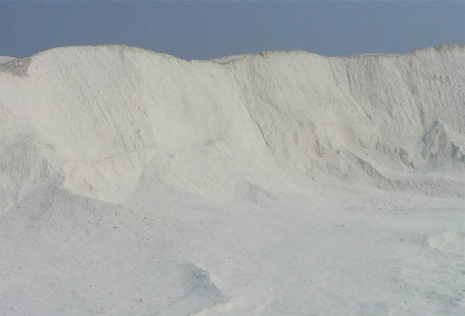 西安白灰厂家告诉您:墙面刷白后,一摸有点白灰怎么办?影响吗?