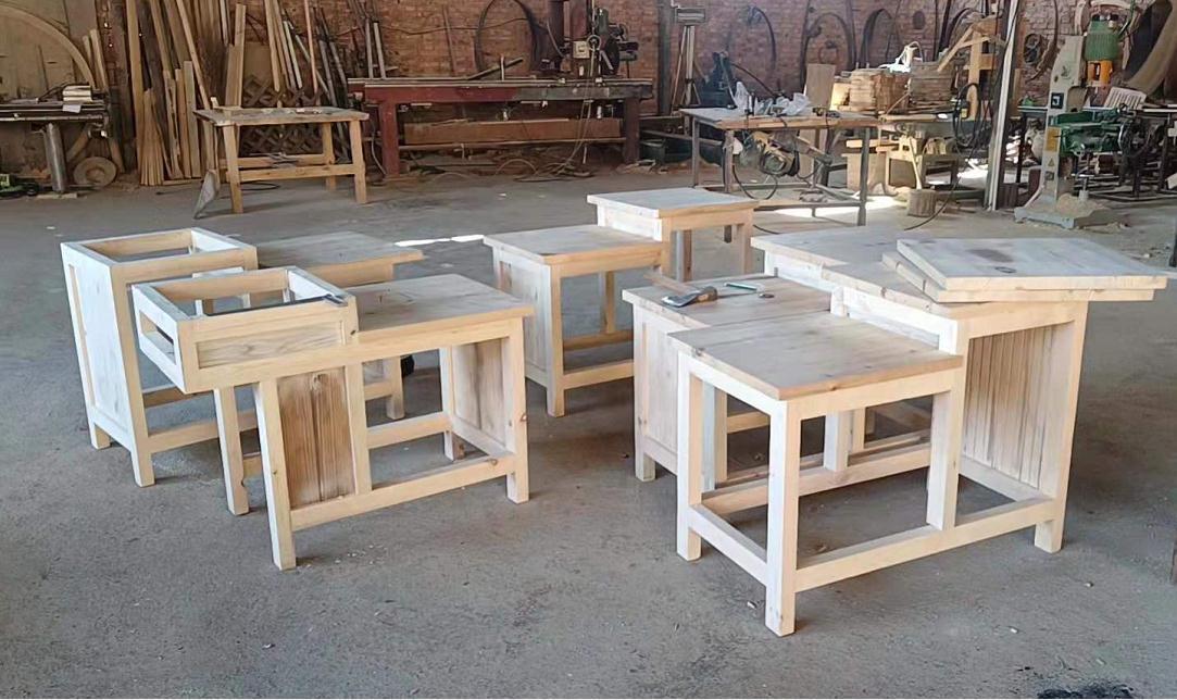 木质桌子凳子